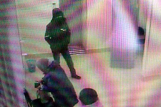 В офис Сбербанка спустя 25 минут после его открытия зашел мужчина на вид лет 30-40, в теплой спортивной куртке с натянутым капюшоном и в медицинской маске, которая отлично вписывается в эпоху COVID-19