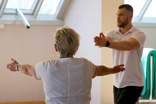Для того чтобы избавиться отодышки, врачи предлагаютвыполнять дыхательную гимнастику,которая поможет разработать легкие ипривести ихвпрежний уровень активности