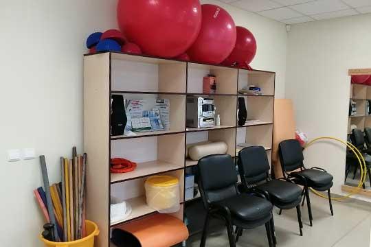 В госпитале ветеранов войн в кабинете ЛФК под присмотром врачей проводится лечебная гимнастика— комплекс несложных упражнений смячами ипалками лучше запомнить, чтобы потом повторять дома