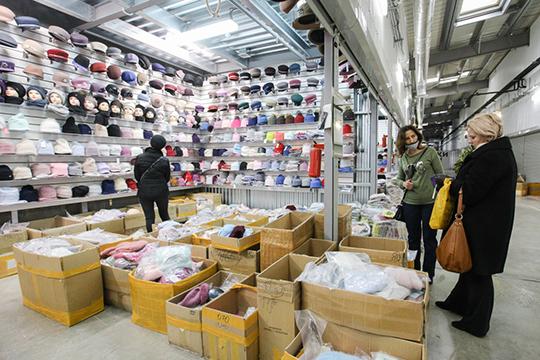 Вчера у «Новой Туры» официально был выходной день, но обычно рынок работает в техническом режиме, и субарендаторы торговых ячеек приезжают, чтобы принять новый товар