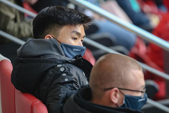 14 ноября стало известно, что положительный тест сдал Хван Ин Бом. Он и еще трое игроков сборной Южной Кореи изолированы в отеле австрийского Винер-Нойштадта