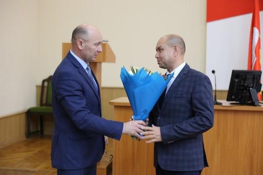 Тукаевским исполком теперь руководит 46-летний Айрат Хабибуллин. Он родом из Муслюмово, у него два высших образования — он, как и свой шеф Камаев, преподаватель истории, а еще экономист-менеджер