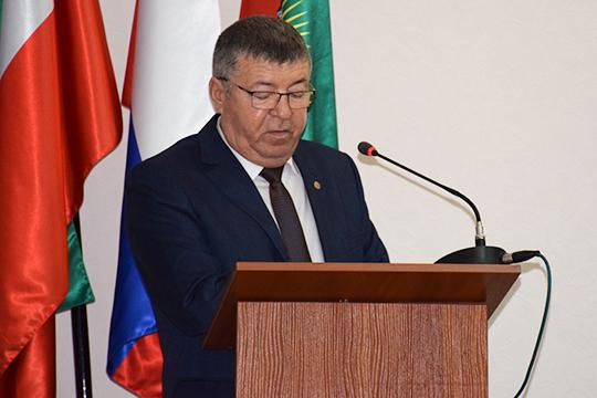 Нурлатским районом с октября этого года руководит 58-летний Рафис Хамзин. Родился он в деревне Ерыкла Октябрьского района ТАССР (позже переименован в Нурлатский), в 1983 году выучился на зоотехника, позже — на менеджера