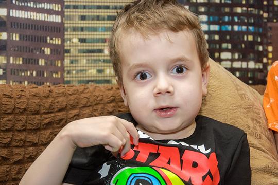 Дима Калабушкин из Набережных Челнов — младший ребенок в семье, разница со старшим братом Олегом у него всего полтора года, но болезнь повлияла на внешность мальчика