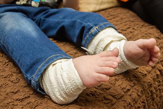 Генетическое заболевание — несовершенный остеогенез, затормозил физическое развитие, и мальчик пока не может ходить самостоятельно, но очень хочет сделать свои первые шаги