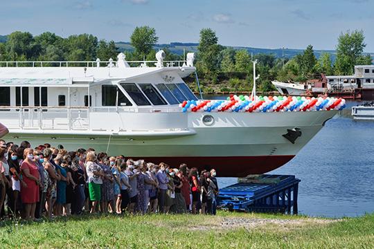 Первое такое судно — «Чайка СПГ» (разработано Зеленодольским проектно-конструкторским бюро) верфь спустила на воду 7 августа этого года
