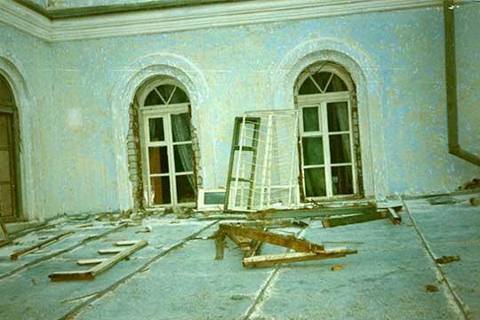 Окна были вмечети такие старые— если откроешь, тонезакроешь, если закроешь, топотом неоткроешь. Рамы сыпались, стекла изних выпадали, балясины старые, щели везде были