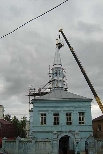 «Голубая мечеть» стояла наулице Нариманова (ныне— наулице Сары Садыковой). Это было здание постройки 1912 года, дореволюционное, систорией.В советские годы там находилась 8-я швейная фабрика. Там стояли огромные станки, грузовой лифт. Когда мывсе это оттуда вывозили, естественно, здание мечети оставалось разгромленным