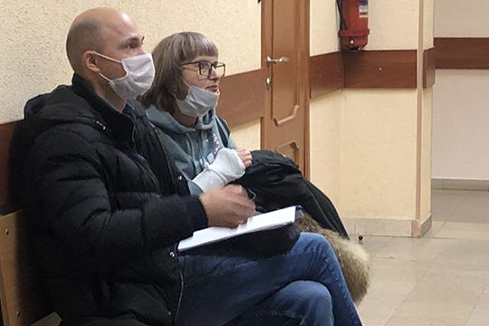 В суд явились еще трое свидетелей — одна из них экс-завскладом Елена Напойкина, которая как раз приняла списанный ротор за новый. «Меня после этого случая попросили написать заявление об увольнении», — начала она