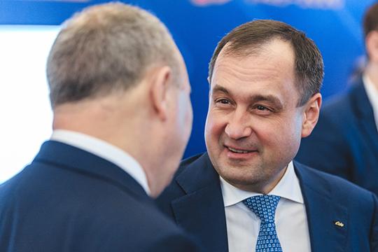 Председатель правления ПАО «АкБарс Банк»Зуфар Гараев,владеющий напрямую 39,99% капитала «Камкомбанка», виюне получил контроль над 98,18%