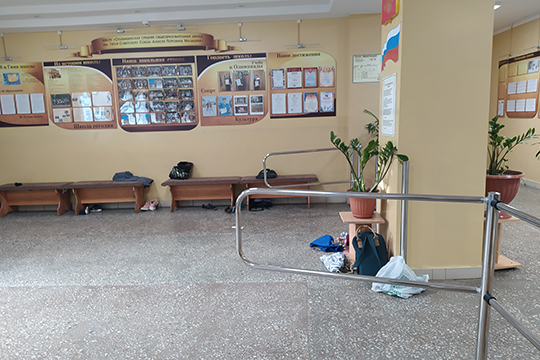 Сейчас все вещи учеников находятся вкабинетах, гардеробе, атакже внекоторых коридорах школы