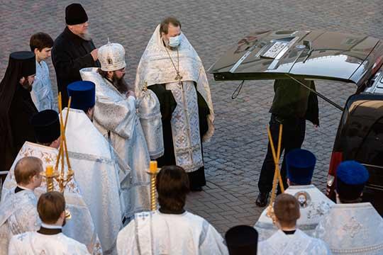 Гроб стелом Феофана ждали сегодня вБлаговещенском соборе врайоне часа дня, здесь должна была состояться панихида сучастием священнослужителей