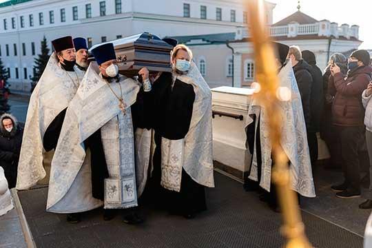 Подъехал катафалк с телом усопшего, «отцы» под православные песнопения подняли гроб, изготовленный изценных пород дерева, полестнице завели внутрь церкви