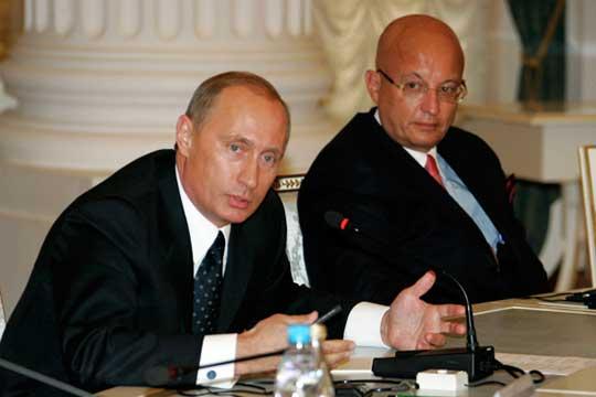 Сергей Караганов (справа): «Многие рекомендации были претворены в жизнь. Но сказать, что все, что мы предлагали в девяностые годы, было претворено в двухтысячные, было бы неправильно и нескромно»