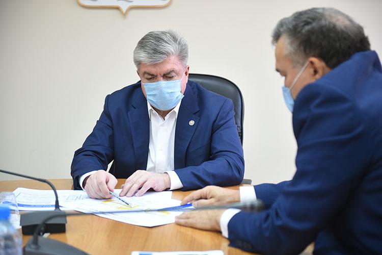 Аппаратное совещание уНаиля МагдеевавЧелнах сегодня началось сподробного доклада обучреждениях-нарушителях, которые несоблюдают санитарные требования Роспотребнадзора