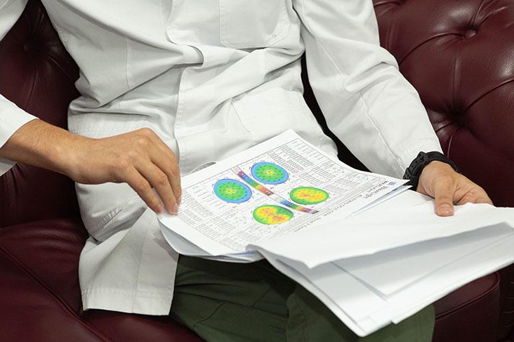 «Три года назад нам предложили вести весь курс офтальмологии Института фундаментальной медицины КФУ, мысогласились. Читаем лекции иведем группы надвух наших базах: вклиниках «Надежные руки» и«Смотри»