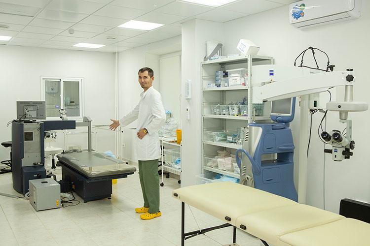 «Все хирурги— изКазани, ивфилиалы они ездят вахтовым методом. Авесь остальной персонал— медсестер, сотрудников нарецепшен, врачей-диагностов итак далее— набираем наместах»