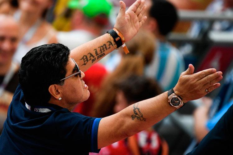 Бывший футболист сборной Аргентины Диего Марадона скончался в возрасте 60 лет от остановки сердца