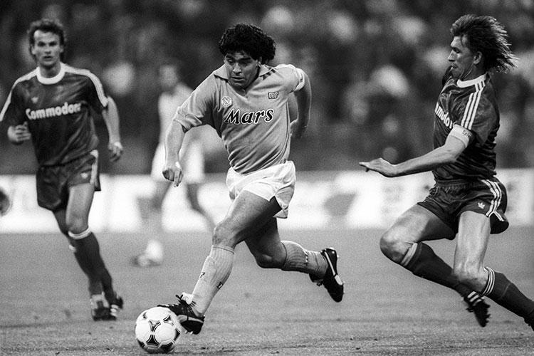 Легендарный футболист приносил победы «Барселоне», «Наполи» (выступал за команду с 1984 по 1991 год), «Севилье»