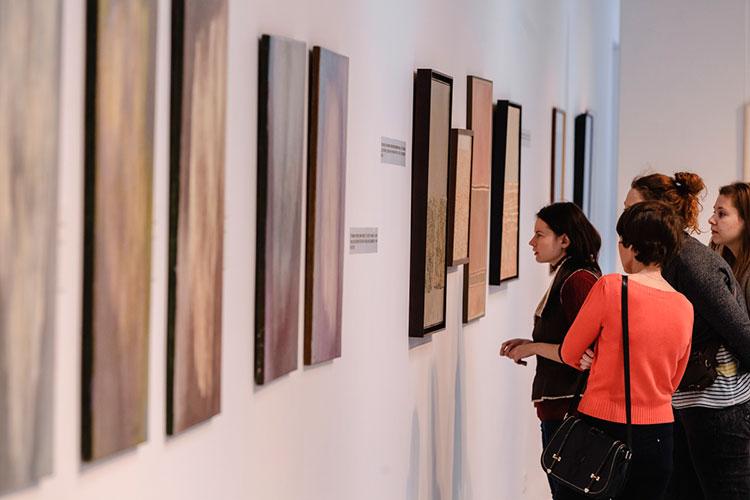 Плавинская подчеркнула, что выставки Васильевой позитивно влияют на зрителей и «успешны настолько, что это даже поражает»
