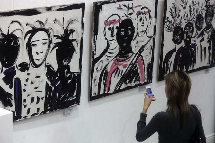 Работы «Уверенность», «Не случайно» и «Мысли» (слева направо) на выставке живописи и графики «Ева в стране чудес»