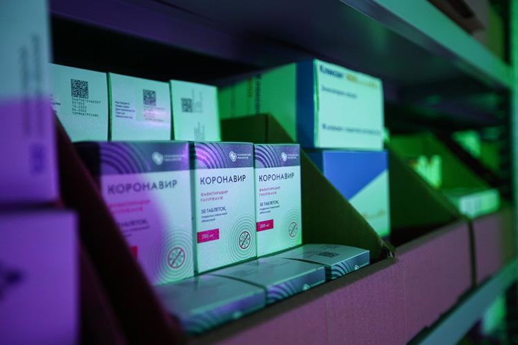 Журналисты входе обхода складской зоны, вкоторой были расставлены открытые стеллажи слекарствами, обратили внимание наналичие дефицитных нынче препаратов: таких, как Арбидол иКоронавир