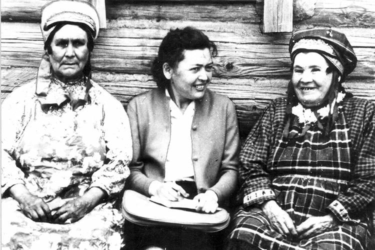 Очень давно, еще вконце 1940-х, Рамзия Гиниятовна (в центре) начала ездить сэтнографическими экспедициями вмишарские села. Первой иглавной была экспедиция втатарские села Мордовии
