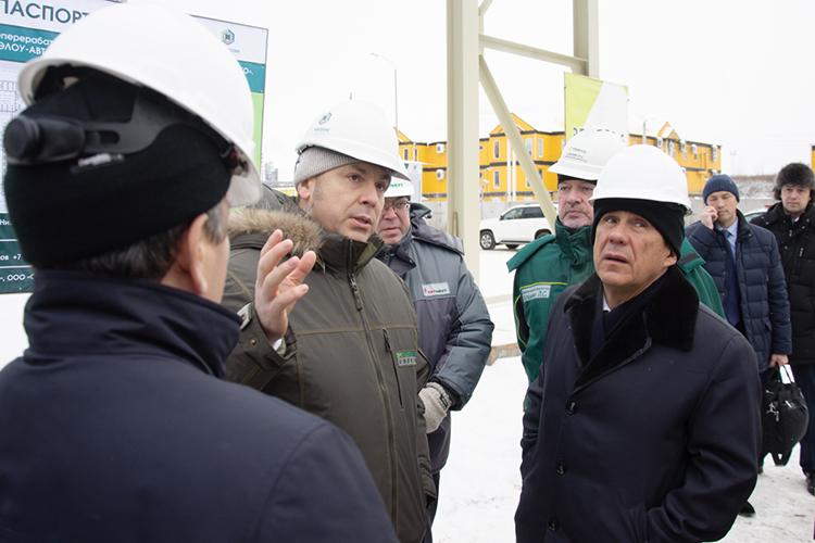 Александр Бабынин (второй слева): «Стремительное развитие технологий водородной энергетики, возобновляемых источников, электротранспорта усиливает негативное давление на рынки нефтепродуктов и нефти»
