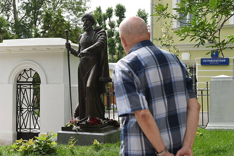 «Другой момент политизации впоследнее время связан спопыткой установить памятники Ивану Грозному внескольких городах России»
