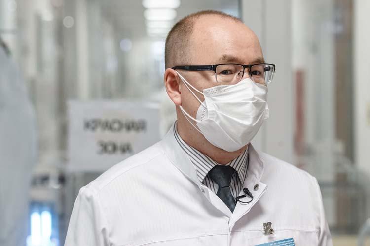 Заместитель главного врача поорганизационно-методической работеРустам Фахуртдиновстал нашим проводником по«красной зоне»