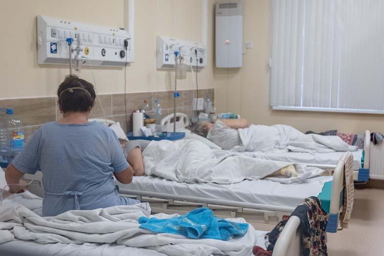 Пациенты в основном болеют однотипно. Клинически может начинаться с легкой температуры — тогда нужно лечение противовирусное. Но температура может упасть и казаться, что все хорошо, но где-то с 7-8 дня наблюдается ухудшение состояния...