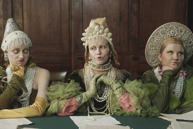 «Почти все героивфильме «Дочь рыбака»одеты вкостюмы зеленогоцвета, втакой татарский пиджачок, поэтому уже есть ассоциация статарским костюмом, мусульманским»