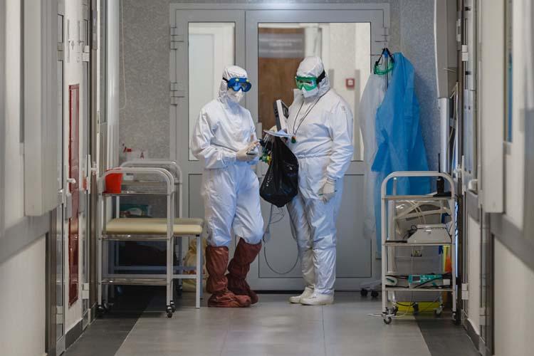 Медсестры помогли мне надеть белый одноразовый костюм СИЗ — здесь их называют «тайвек» по фирме изготовителя. Все на мою одежду. На голову накинули капюшон, на лицо маску и очки. Кожа не дышит, потеешь практически моментально насквозь