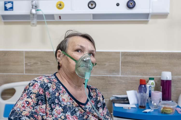 Миннегуль Гарипова, ей80лет. Женщина лежит здесь повторно.Динамика уней сейчас положительная. Нотяжело разговаривать она будет еще долго— болит грудь