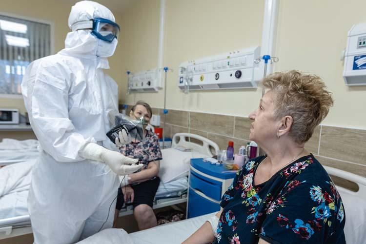 Екатерина Пискуноваздесь уже неделю.Онажалуется натемпературу— 37 утром иночью. Усова объясняет: такая температура может держаться еще втечение месяца, это нормально