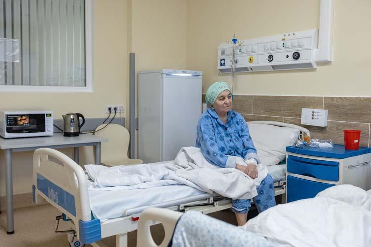 Танзиля ГабидуллинавРКИБ всего второй день. Ей70 лет исопутствующее заболевание— сахарный диабет. Говорит она медленно, тяжелоисодышкой