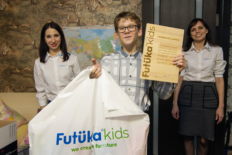 «Огромное спасибо Futuka kids, которые сделали вот это все и купили студию. Благодарю Павла Легошина и его команду, за то, что настроили аппаратуру и объяснили как ею пользоваться»