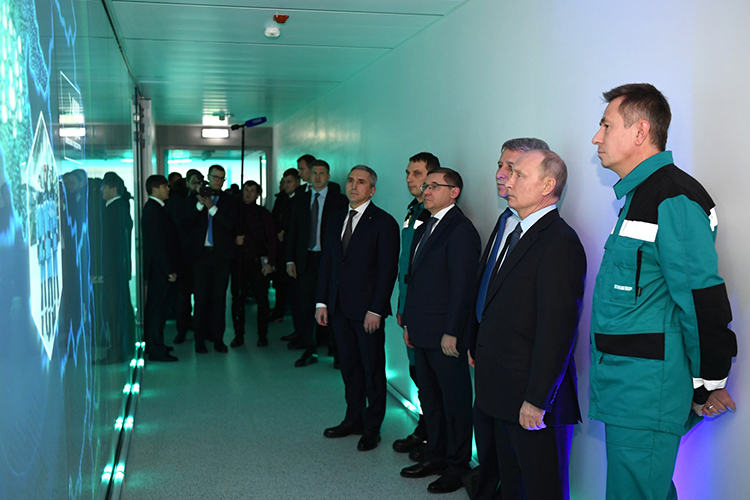 Вчера президент России Владимир Путин посетил недавно построенный крупнейший нефтехимический комплекс России — «ЗапСибНефтехим» холдинга «Сибур»