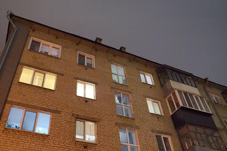 Накануне на неприметную пятиэтажку в Дербышках обрушилась неожиданная «слава»: практически весь вечер у подъезда дежурили журналисты, ожидая, когда родители Тагирова вернутся домой