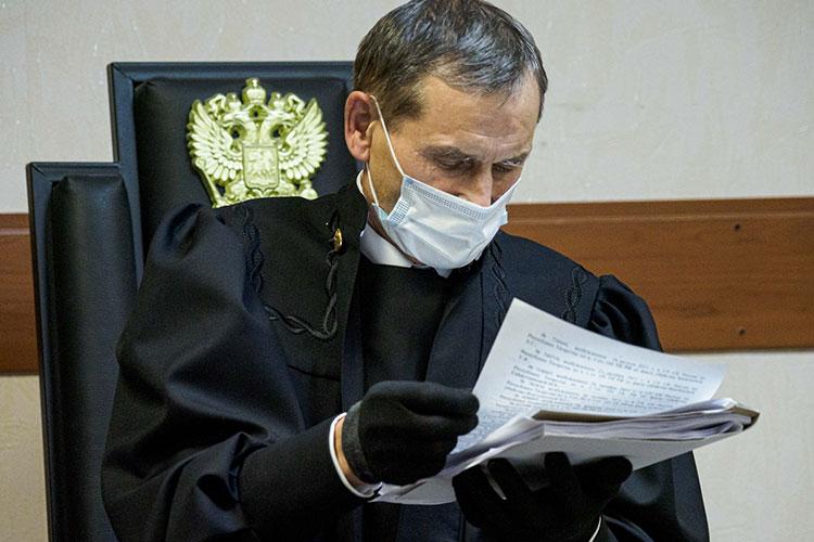 Судья Расим Шакирьянов, казалось, не замечал ажиотажа, и даже постоянно щелкающие затворы камер не сбили его спокойный тон