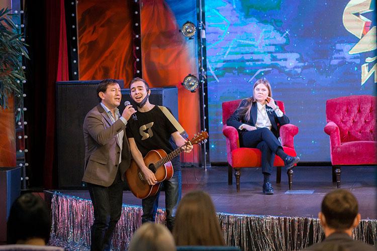 На пресс-конференции Галимов вместе Шарафиевым под гитару спели песню «Бер гомер арасы»