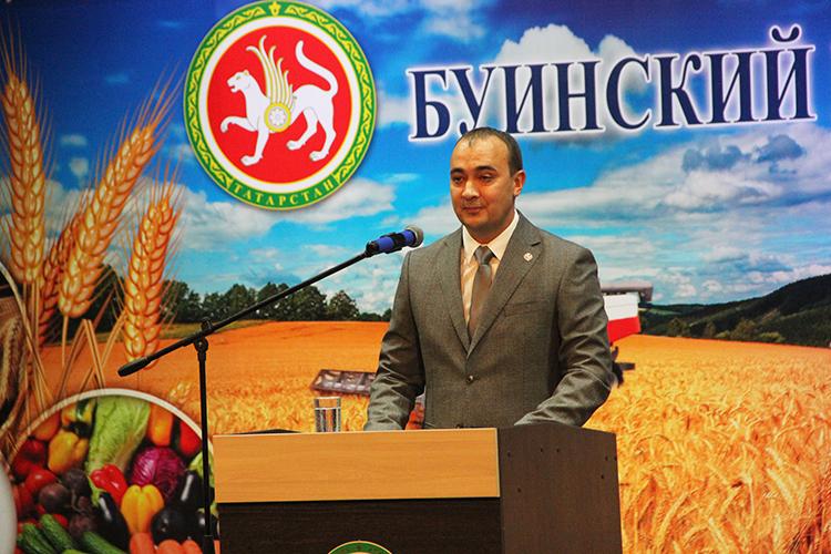 Приветствуя гостей сосцены, глава районаРанис Камартдиновподчеркнул, что Буинский муниципальный район занимает одну излидирующих позиций среди районов Татарстана пообъему производства валовой продукции сельского хозяйства