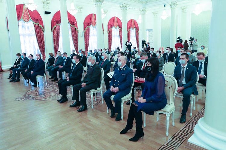 Напоследок Мухаметшин слегка пожурил юристов: «Ожидал больше активности отюридического сообщества, когда разрабатывали изменения взакон поурезанию некоторых полномочий, ликвидации конституционных уставных судов»