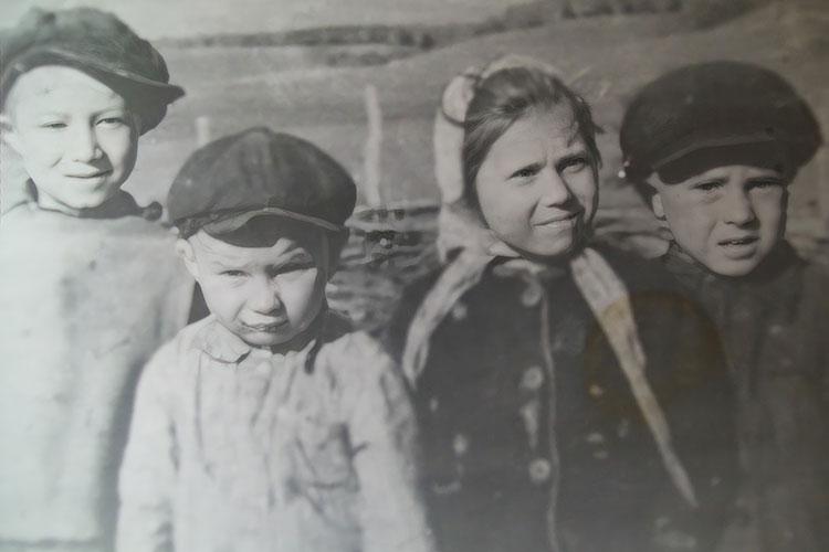Детство. Гамирзан (слева) с друзьями