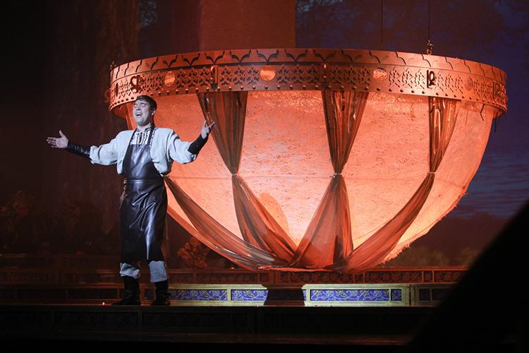 Либретто «первого татарского мюзикла» принадлежит перу Рената Хариса, где известный поэт соединил сразу две легенды о появлении Казани — истории о золотом казане и зиланте — с жизнью современного города