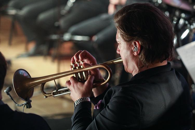 Бессменный музыкальный руководитель «Yзгәреш җиле» Эйленкриг, иэто можно было предполагать, неограничился скромной ролью одного изоркестрантов наспектакля
