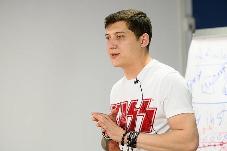Эдвард Сабировсебя называет трейдером с11-летним стажем, ирука обруку выступает сДорониным наразличных презентациях