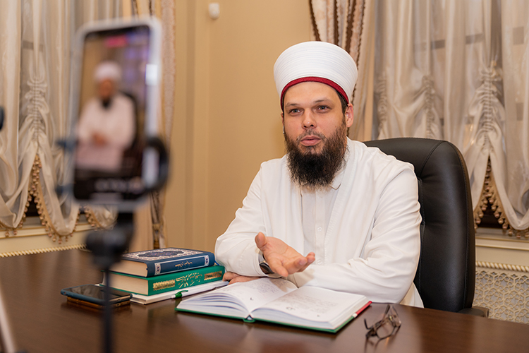 «ВТатарстане работают 8 медресе, более 700 примечетских курсов, 2 вуза иБолгарская исламская академия, есть идистанционные программы, ипубличные лекции. Обучение вних бесплатно!»