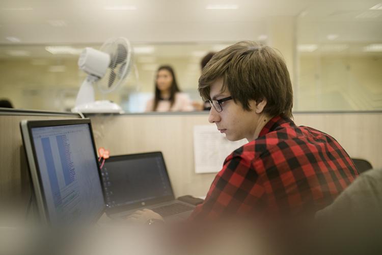 «Офисные сотрудники — это, как правило, молодые люди и заражаются инфекцией на работе. У них самих болезнь протекает в менее тяжелой форме, и они остаются лечиться дома. Но они являются переносчиками и заражают своих пожилых родственников»