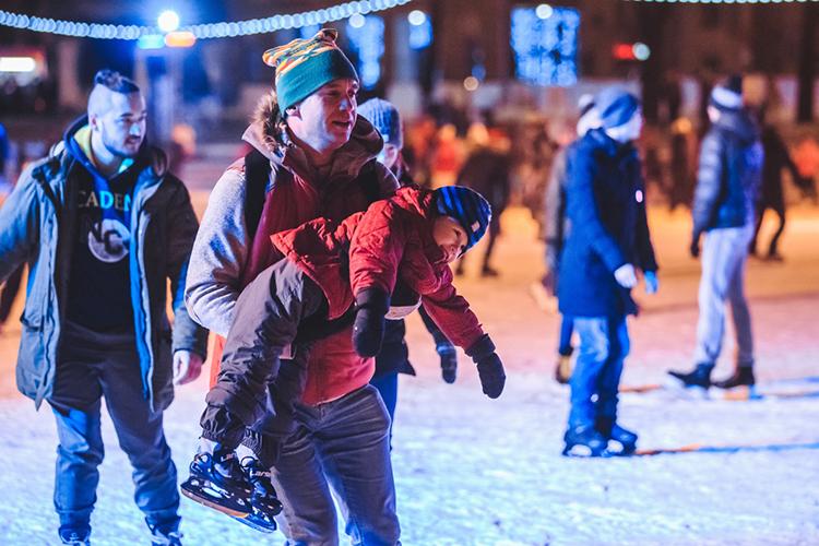 Внастоящий момент продолжается новогодняя подготовка парка «Черное озеро» кприему гостей. Сейчас там заливают каток, устанавливают световую иллюминацию из прошлогоднихконструкцийиелку